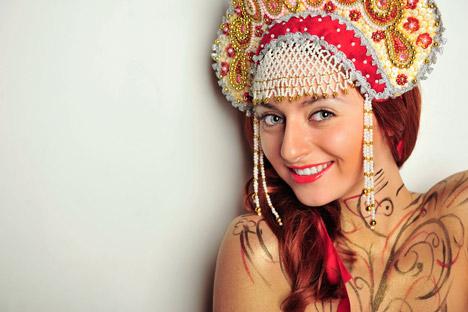 Kokoschnik, die traditionelle slawische Kopfbedeckung passt gut zum Halloween-Russenkostüm. Foto: Alamy / Legion Media