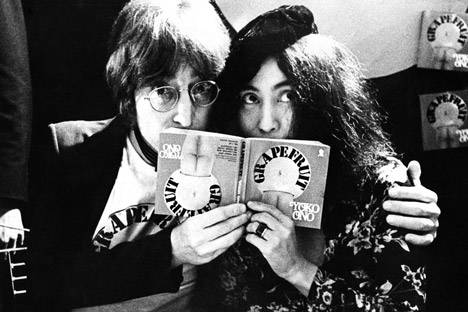 The Lumiere Brothers Center of Photography in Moscow will host an exhibit by Dutch rock photographer Gijsbert Hanekroot, who captured the dawn of the stars of the 1970s. Pictured: John Lennon, Yoko Ono, London, 1971. Source: Press photo