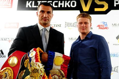 O lutador russo Aleksandr Povétkin (dir.) conseguiu superar uma série de nocautes levados pelo ucraniano Vladímir Klitchkó e terminar a luta com dignidade Foto: ITAR-TASS