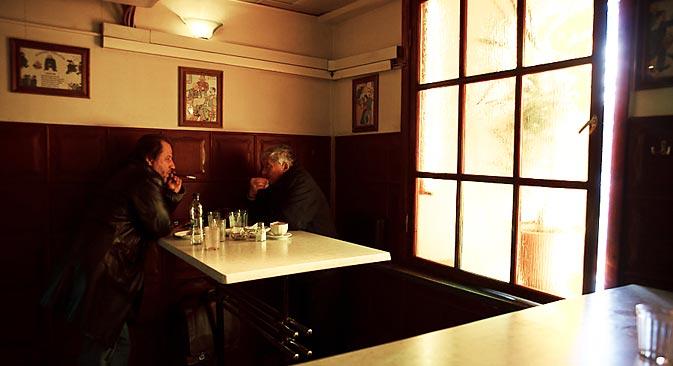 A riumotchnaia era um lugar para se esquecer a hierarquia social – ali, um operário da fábrica e um funcionário do governo podiam se acotovelar – e eram convenientemente localizados no caminho do trabalho para casa, perto das estações de metrô Foto: Ruslan Sukhúchin