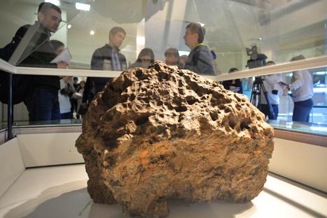 O menor fragmento do meteorito está atualmente em exposição na Casa Central dos Artistas, em Moscou, até 22 de fevereiro Foto: Reuters