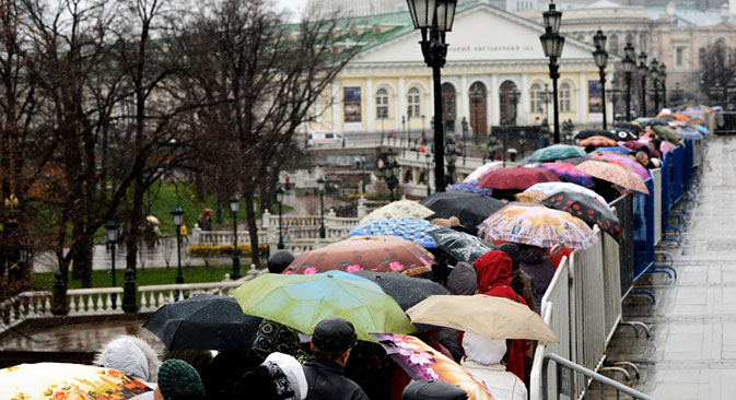 "People brave snow, rain and chill as they line up to visit the exhibition ""My History. The Romanovs"", at the Manezhnaya Square in central Moscow. Source: AFP/East News"