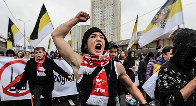 Embalados por gritos nacionalistas, manifestantes exigiam regime de vistos para países da CEI Foto: ITAR-TASS
