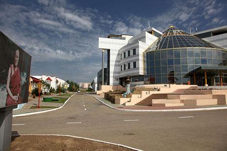Einst Tourismusmagnet, heute Objekt des Verfalls – die Welthauptstadt des Schachs Chess City in Kalmückien erlebt schwere Zeiten. Foto: JialiangGao / www.peace-on-earth.org