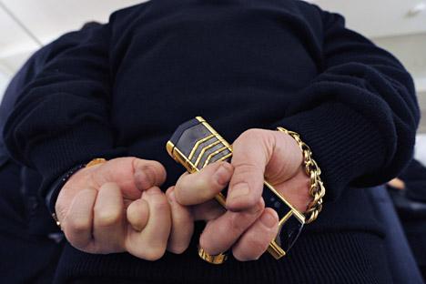 Die Anführer der organisierten Syndikate trugen gerne himbeer- oder bordeauxfarbene Clubanzüge, dunkle Hemden und dunkle Krawatten und unbedingt schwere Goldketten und Handschuhringe. Foto: Kommersant