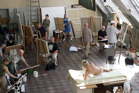 Artistic director at the Quick Drawing Club doesn't see any particular difference between how foreigners and Russians treat their bodies. Source: PhotoXpress