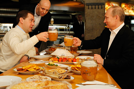 Dmitry Medvedev (L) and Vladimir Putin in 'Zhiguli' beer restaurant. Source: ITAR-TASS