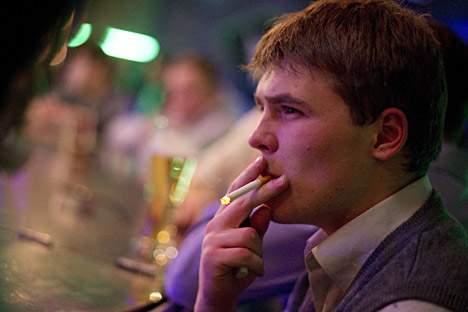 Experts believe, the numbers of smokers in Russia should be reduced by 5 percent every year. Source: ITAR-TASS