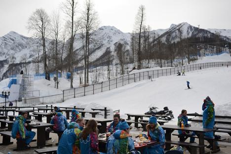Auch wenn man es im Fernsehen nicht sieht: Es liegt kein natürlicher Schnee auf den Bergen bei Sotschi. Foto: Michail Mordassow