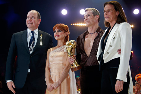 Desire of Flight artists Valery Sychev and Melvina Abakarova (second left), pose with Prince Albert II of Monaco (left) and Princess Stephanie (right) after receiving a Golden Clown award. Source: AP