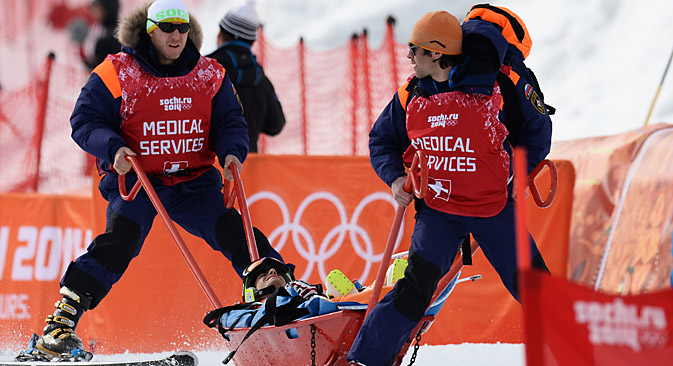 Medical workers evacuate from the piste Stefan Prisadov (Bulgaria) who was injured during the men's alpine skiing competition. Source: Alexander Kryazhev / RIA Novosti