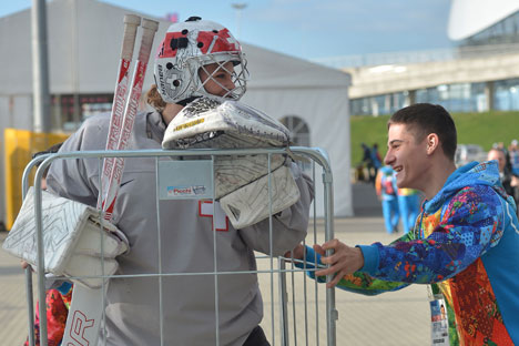 Particularly popular athletes are regularly ambushed by enthusiastic fans, including volunteers. Source: Alexey Kudenko / RIA Novosti