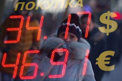 Desvalorização da moeda russa no mercado internacional aconteceu mais rápido que a redução do preço de petróleo Foto: ITAR-TASS