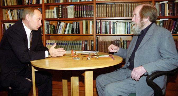 In September 2000, Putin visited Solzhenitsyn(R) at his home in Troitse-Lykovo. Source: ITAR-TASS