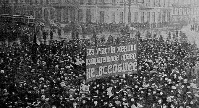 A women's procession on Nevsky Avenue in Petrograd on the International Women's Day. Source: Vladimir Minkevich / RIA Novosti
