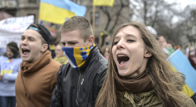Participants of a Ukrainian activists' rally against the Crimea referendum, near the monument to Vladimir Lenin in Simferopol. Photo: RIA Novosti / Valery Melnikov