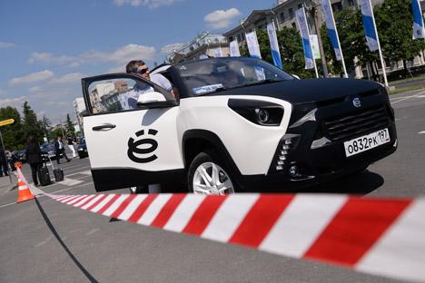 Em 2010, Prôkhorov apresentou três modelos do carro híbrido elétrico E-Mobile Foto: Aleksêi Filippov/RIA Nóvosti