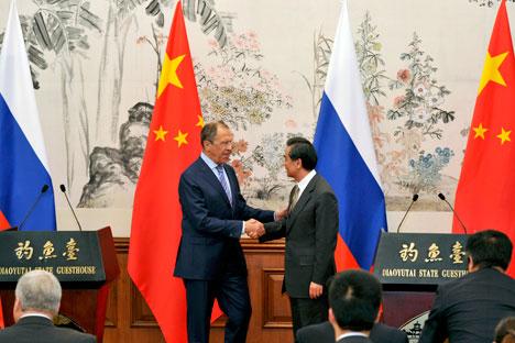 O chanceler russo, Serguêi Lavrov (esq.), e seu colega Wang I (dir.) Foto: Reuters