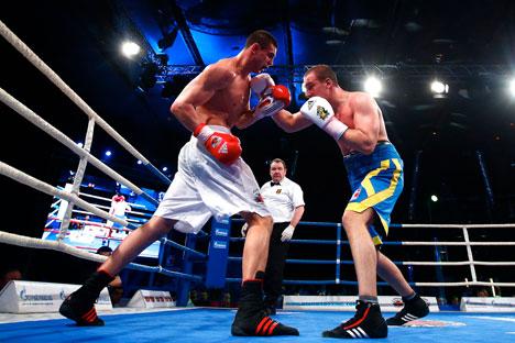 World Series of boxing, Quarterfinals: Evgeniy Tischenko (Russian Boxing Team) - Siarhei Karneyeu (Ukraine Otamans). Source: flickr.com/World Series Boxing