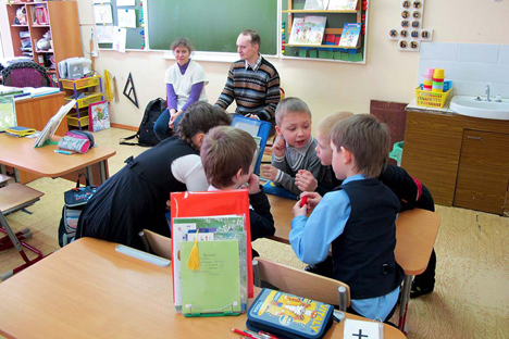 "In the first lesson, specialists get to know the children and tell them about who people with disabilities are. Source: Russian Disability NGO ""Perspektiva"""
