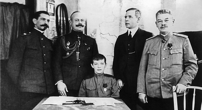 Tsarevich Alexei (in the centre) with his teachers, Gibbs is second from right. Source: ITAR-TASS