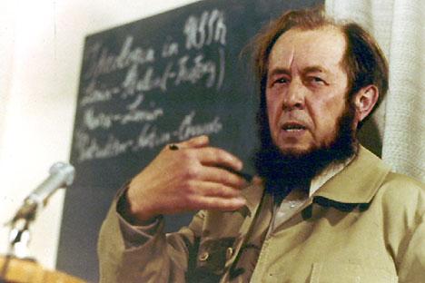 Soljenítsin em sua primeira coletiva no Ocidente desde que fora expulso da URSS, em 1974 Foto: AP