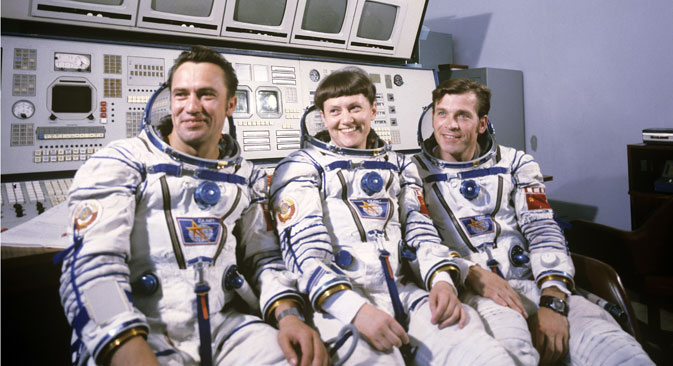 Soyuz T-7 spaceship's crew (from left to right): commander Leonid Popov (centre), cosmonaut-researcher Svetlana Savitskaya and flight engineer Alexander Serebrov (right). Source: Alexander Mokletsov / RIA Novosti