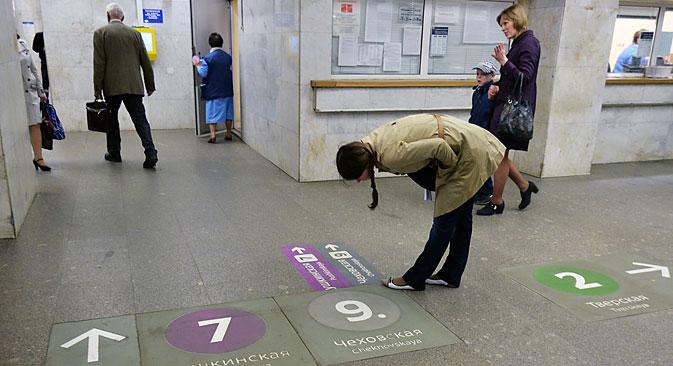 A new floor sign system at the Moscow metro's Pushkinskaya station. Source: Vladimir Pesnya / RIA Novosti