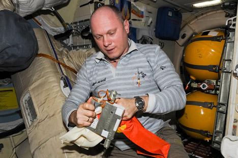 """Der russische Kosmonaut Oleg Artemjew packt die Ergebnisse des """"Test""""-Experimentes ein.  Foto: Artemjew.ru"""