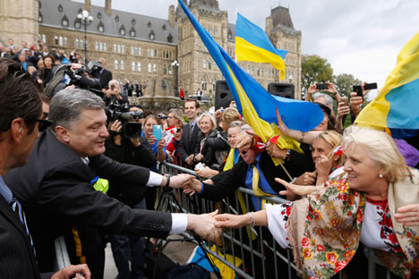 Petro Poroshenko greets voters. Source: Reuters