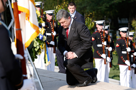 Ukrainian President Petro Poroshenko participates in a wreath laying ceremony at the Tomb of the Unknowns in Arlington National Cemetery in Washington September 18, 2014. Source: Reuters