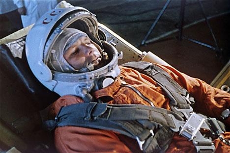 Após o voo, o major Gagárin viajou sem parar pelo mundo, glorificando o estilo de vida soviético
