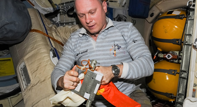 Oleg Artemyev packing the results of the Test experiment. Source:  Artemjew.ru