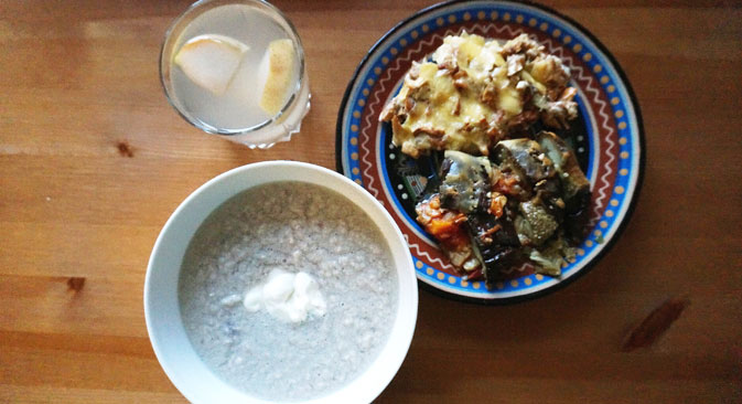 Stuffed eggplant, mushrooms in sour cream, Creamed chicken soup and kompot. Source: Anna Kharzeeva