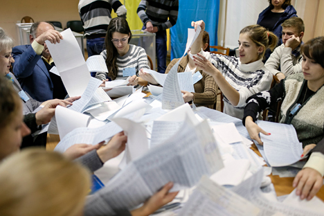 Members of a local electoral commission count ballots at a polling station after voting day in Kiev, October 26, 2014. Source: Reuters