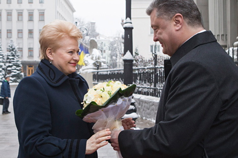 Ukrainian President Petro Poroshenko, right, greets Lithuania's President Dalia Grybauskaite in Kiev, Ukraine, Monday, Nov. 24, 2014. Source: AP