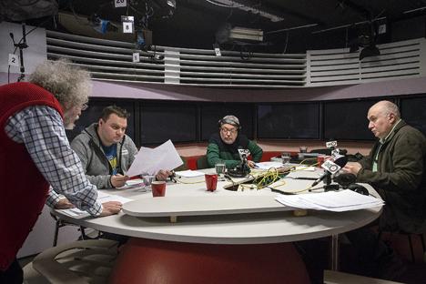 Der Journalist Alexander Pljuschtschew (zweiter von links) im Senderaum von Echo Moskwy. Foto: TASS