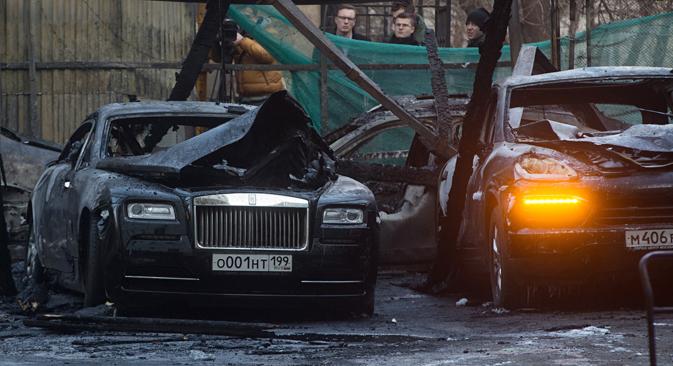 Twelve luxury cars burn down in central Moscow. Source: Zurab Dzhavakhadze / TASS