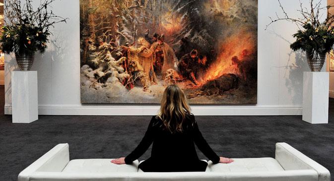Sotheby's employee views 'Ivan Susanin' by Konstantin Makovsky, a part of Sotheby's Russian Art Week exhibition and sale. Source: TASS