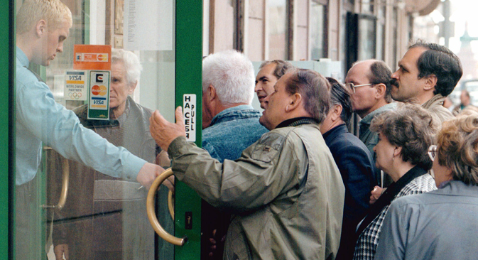 People argue at the door of one of Moscow's commercial banks to withdraw their savings Thursday September 17, 1998. The bank will only allow a limited withdrawal per day but many Russians have lost faith after the collapse of some of the major banks as a result of the economic crisis. Source: AP