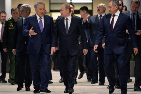 Kazakh President Nursultan Nazarbayev, Russian President Vladimir Putin and Russian Defense Minister Sergei Shoigu (left to right) during a visit to the National Center for Control of Defense. Source: Aleksey Druzhinin / RIA Novosti