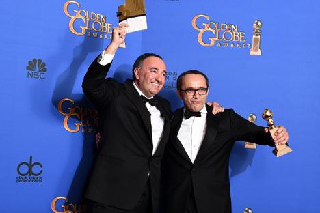 """Produtor de """"Leviatã"""", Aleksandr Rodnianski (à esq.), e o diretor do filme, Andrêi Zvyagintsev, durante cerimônia do Globo de Ouro Foto: AP"""