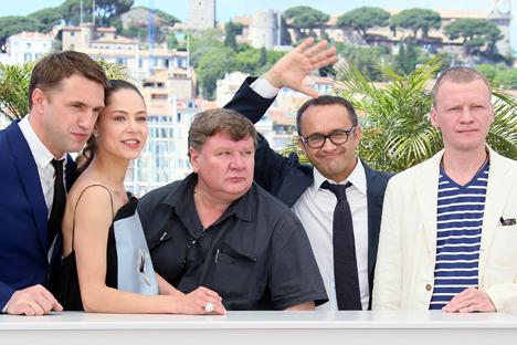 """Diretor de """"Leviatã"""", Andrêi Zvyagintsev (segundo da dir. para esq.), e elenco do filme durante sessão de fotos no 67º Festival de Cannes Foto: Denis Makárenko / RIA Nóvosti"""