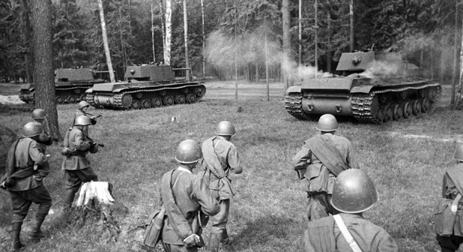 Soviet troops following heavy KV tanks. The Western Front. May 13, 1942. Source: Samary Gurary / RIA Novosti