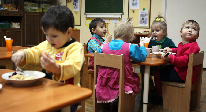 The number of children placed in foster families grew by 2.4 percent – from 61,400 in 2012 to 62,900 in 2013. Source: Konstantin Chalabov / RIA Novosti