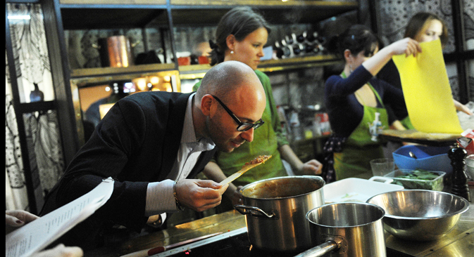 Aside from master classes in foreign cuisine, there are master classes in Russian food for foreigners in Moscow. Participants range from expats who have lived in Moscow for several years to tourists visiting for just a few days. Source: Kirill Kalinnikov / RIA Novosti