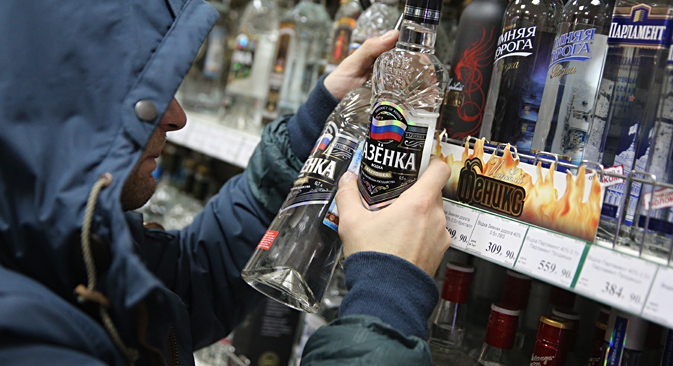 The minimum price of vodka in Russia decreased by 16 percent. Source: Mikhail Pochuev / TASS