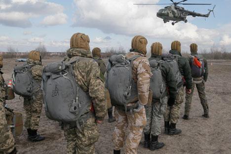 Ukrainische Soldaten bei der Militärubung nahe der Stadt Schitomir. Foto: AP