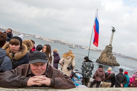 Para warga setempat menghadiri pertunjukan udara di Sevastopol, Krimea.