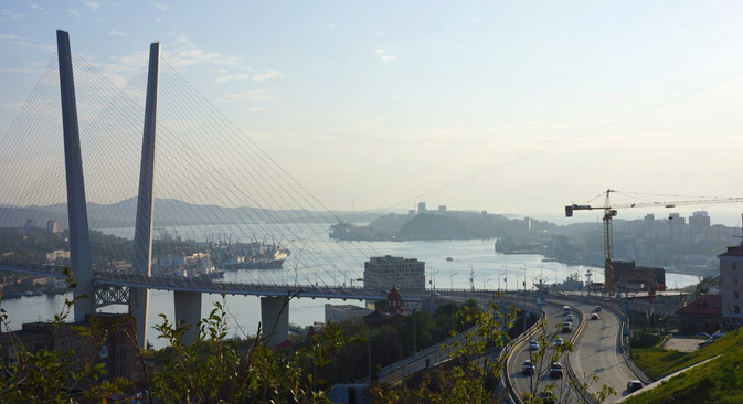 The view of the port zone and the bridge over the Golden Horn bay in Vladivostok. Source: Yulia Shandurenko
